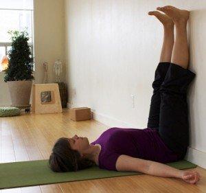 Postures de yoga pour bien dormir dans Inspirations viparita-karani-300x281